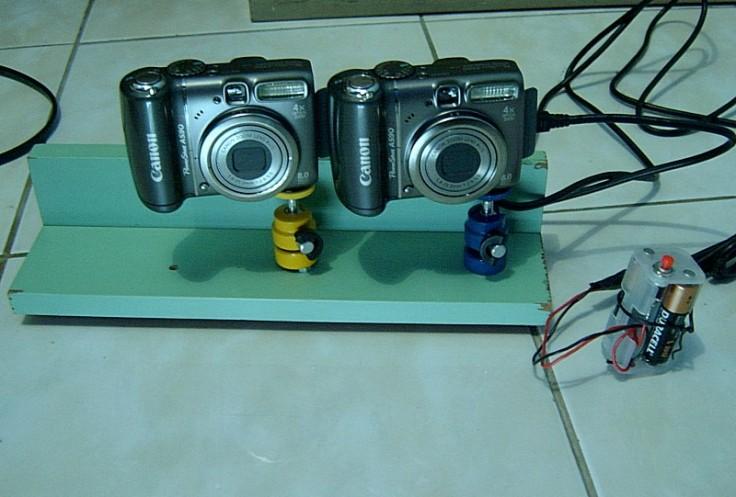 dua kamera Canon, USB kabel, push-on switch, battery 4.5 Volt dan script SDM di SD card  dalam Kamera.