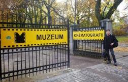 gerbang museum dengan warna yang cerah